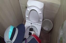منحرفون بكوريا يهوون تصوير النساء في بيوت الخلاء (فيديو)