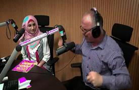 مذيع فلسطيني يخاطب الأطفال بأصوات شخصيات صغيرة محببة
