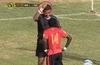 حكم سوداني يلفت الأنظار بلقطة طريفة بمباراة غانا وأوغندا (فيديو)