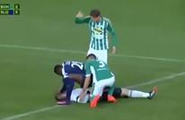 لاعب أفريقي ينال الإشادة بالتشيك لإنقاذه حارسا من الموت (فيديو)