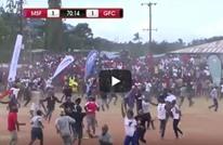 """الجمهور التنزاني يجتاح الملعب بعد """"خطأ بدائي"""" من الحارس (شاهد)"""