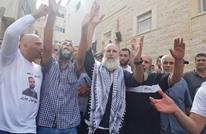 فلسطيني يخاطب أمه عند قبرها بعد 30 عاما من الأسر (فيديو)