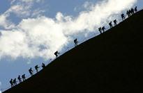 """""""الصخرة المقدسة"""" في أستراليا تودع آخر زوارها"""