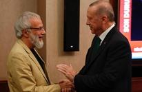 """""""يوسف إسلام"""" يهدي الرئيس التركي """"قطار السلام"""" (شاهد)"""