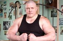 مصارع روسي يتدرب في سجنه مع الدببة والكلاب الشرسة (شاهد)