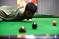 باكستاني بلا ذراعين يحقق شهرة في لعبة البلياردو (شاهد)