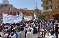 """محتجون ضد """"قوى التغيير"""" يقتحمون مقر وكالة """"سونا"""" (شاهد)"""