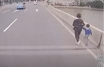 لقطات مثيرة لإفشال محاولة انتحار أم مع طفلها (شاهد)