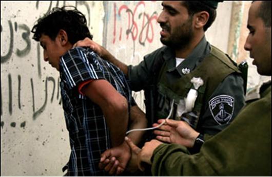سلطات الاحتلال تعتقل ثلاثة فلسطينيين بالخليل