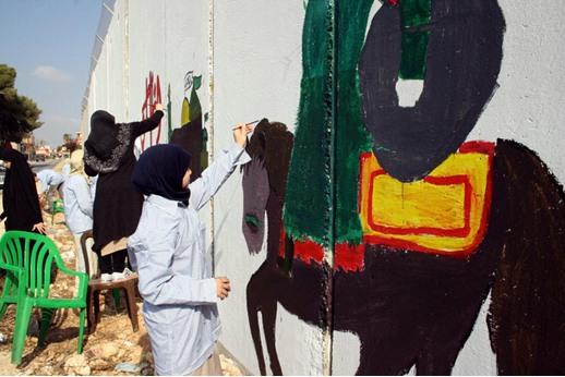 أيتام لبنانيون يلوّنون الجدار الفاصل مع الكيان الإسرائيلي
