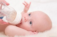 دراسة: الرضاعة الطبيعية والطعام الصلب تقيان من الحساسية