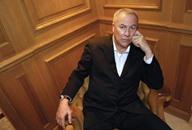 المخرج الأميركي بوب ويلسون ينصب غرفة نومه في اللوفر
