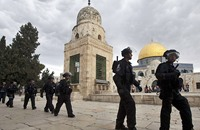 المرابطات يتصدين لاقتحام قوات الاحتلال قبة الصخرة
