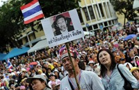 متظاهرون يقتحمون مقر قيادة الجيش في تايلاند