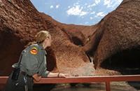 """معلَم """"أولورو"""" بالصحراء الأسترالية حلم متسلقي الجبال"""