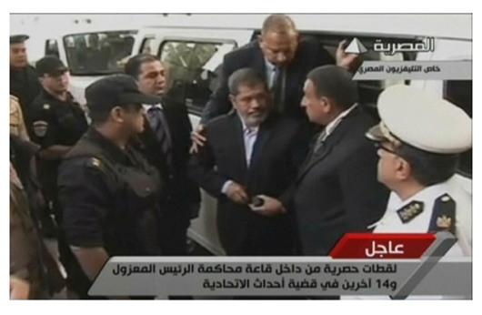 وفد محامين أجانب يحضر محاكمة مرسي