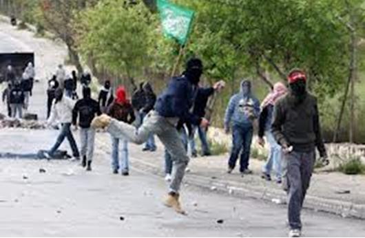 إصابات واعتقالات في اشتباكات عنيفة بالقدس
