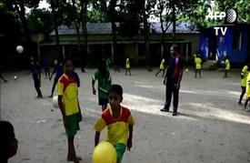 فريق كرة قدم للفتيات في بنغلادش يحصد جوائز المسابقات