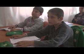 الأزرق والبني.. يلتقيان في عين طفل سوري