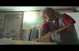 تركي بلا يدين يشارك في معارض ويصنع مجسمات خشبية