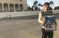 """شقيق أسير أردني بـ""""إسرائيل"""" يواصل اعتصامه أمام الخارجية"""