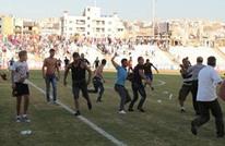 شغب الجمهور يتسبب في إيقاف مباراة بالدوري اللبناني (فيديو)