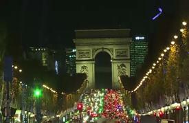 إضاءة شارع الشانزليزيه في باريس بمناسبة عيد الميلاد