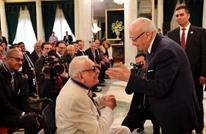الرئيس التونسي يمازح جميل راتب خلال تكريمه..ماذا قال؟ (ِشاهد)