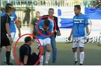 """مشجع جزائري يعتدي على الحكم ويسقطه بـ""""نطحة"""" قوية (فيديو)"""