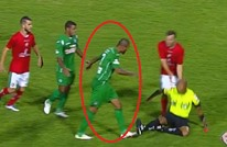لاعب يثور في وجه زملائه ويعتدي على الحكم بشكل عنيف (فيديو)