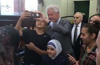 كلينتون يطلب شطيرة فلافل بمسعىً لكسب أصوات العرب (فيديو)