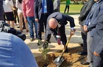 السفير الإسرائيلي يغرس شجرة زيتون في مصر (شاهد)