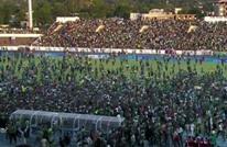الجماهير تقتحم أرضية ملعب مباراة جزر القمر ومصر (شاهد)