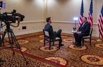 صورة لافتة لوزير خارجية أمريكا خلال مقابلة صحفية.. ردود