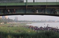 جسر الجمهورية ببغداد.. ساحة معركة ومتاريس لحماية المتظاهرين