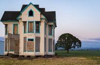 هكذا يقوم المهندسون بنقل المنازل من مكان إلى آخر (شاهد)