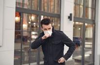 خبراء: رذاذ السعال ينقل فيروس كورونا لهذه المسافة
