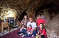 الاحتلال يلاحق خالد الزير.. حتى في كهوف فلسطين