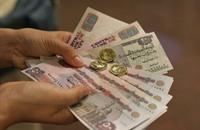 تحجيم سوق الدولار السوداء بمصر يؤذي الأعمال المتوسطة والصغيرة