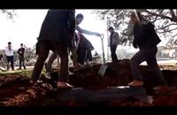 عملية انتشال برميل قبل انفجاره بسوريا (فيديو)