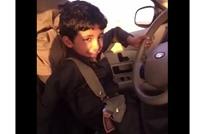 غضب سعودي من رجل منح طفله مسدسا وعلّمه العنصرية (شاهد)