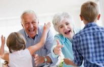 دراسة: مساعدة الأجداد برعاية الأحفاد تطيل أعمارهم