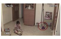 مقطع لطفلة تلعب يثير الرعب.. هل توجد أرواح شريرة؟ (شاهد)