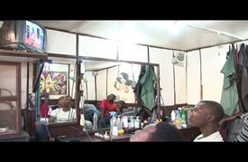 إثارة مباريات كأس أمم أفريقيا في صالون الحلاقة في مالي