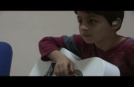رسالة سلام إلى العالم عبر حناجر أطفال اللاجئين في إزمير التركية