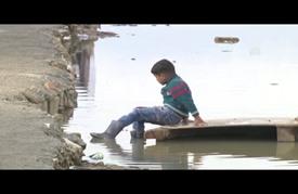 التلوث يهدد حياة الأطفال في مخيم عشوائي للاجئين شرق لبنان