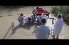 """الروم الأرثوذكس """"يتعمدون"""" بمياه نهر الأردن"""