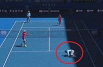حكم تنس يتقمص دور لاعب فيتحول إلى أضحوكة (فيديو)