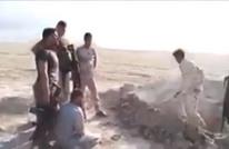 جنود عراقيون يعدمون مدنيا بالموصل بعد حفر قبره (شاهد)