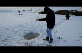 صيد السمك على الجليد في تركيا هواية الشباب في الشتاء
